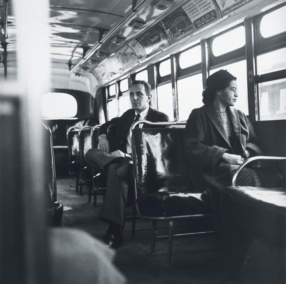 Rosa Parks se niega a ceder su asiento en un autobús de Alabama